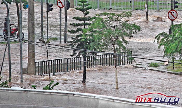 Avenida atingida por conta da chuva é um dos pontos de alagamento em São Paulo