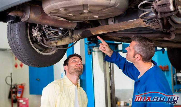Cliente acompanhando o mecânico fazer o serviço no carro