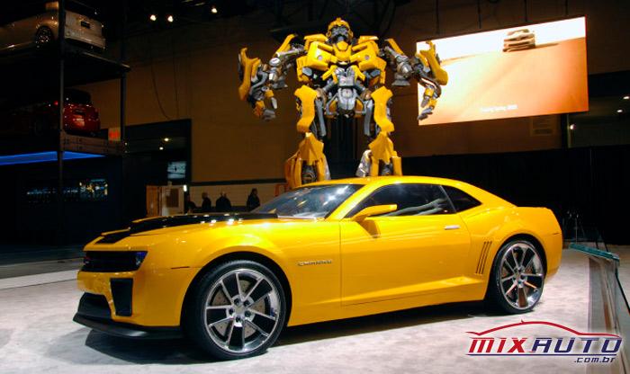 Camaro Amarelo com o boneco amarelo do Transformers