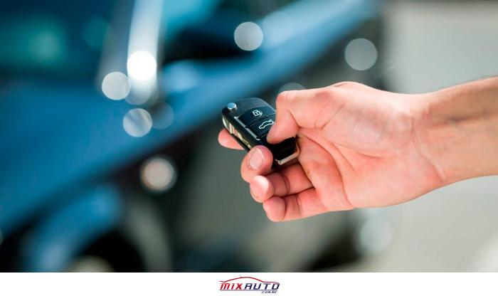Mão com o controle do alarme que impede do carro estar entre os carros mais roubados em SP