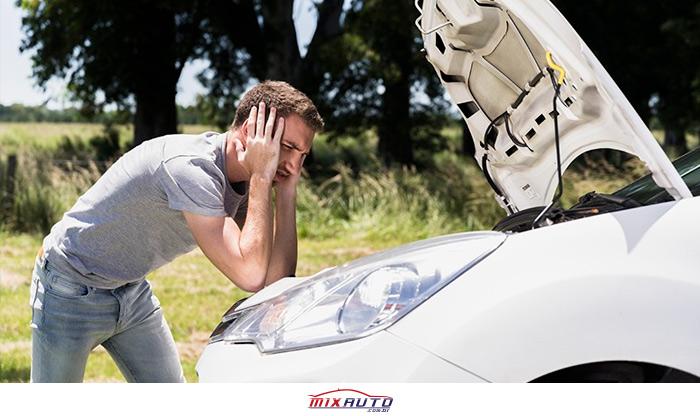 Bateria do carro descarregada deixa homem frustrado com o carro parado