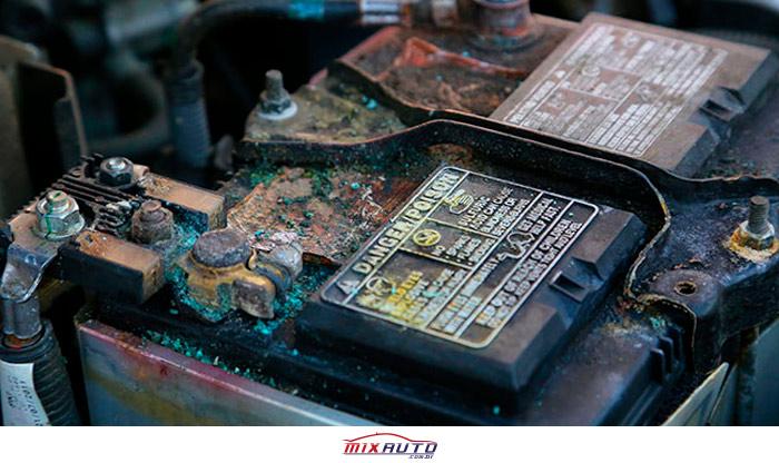 Bateria do carro oxidada coberta de zinabre