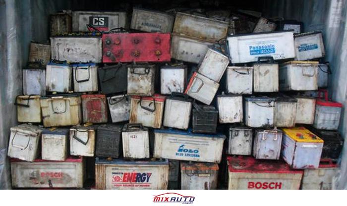 Dezenas de baterias de carropara descarte