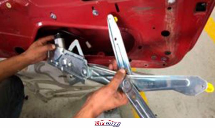 Instalador fazendo o conserto de vidro elétrico na Mix Auto