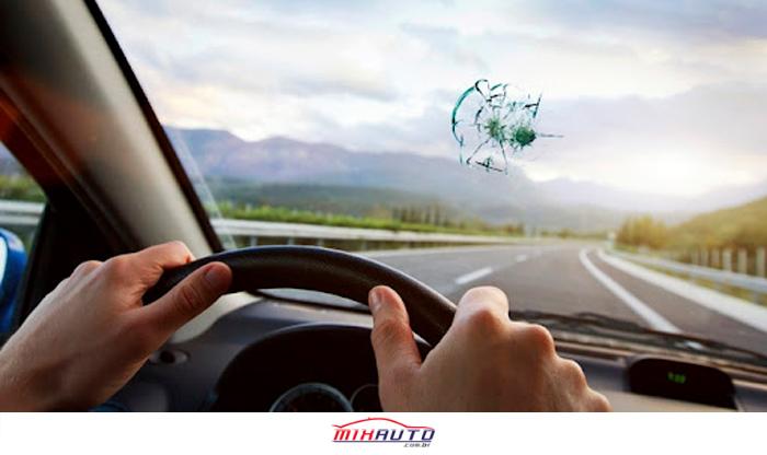 Pessoa dirigindo na estrada com o para-brisa trincado