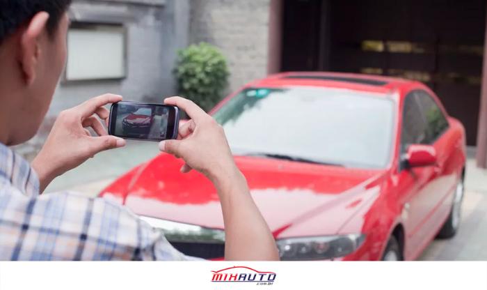 Homem fotografando carro vermelho